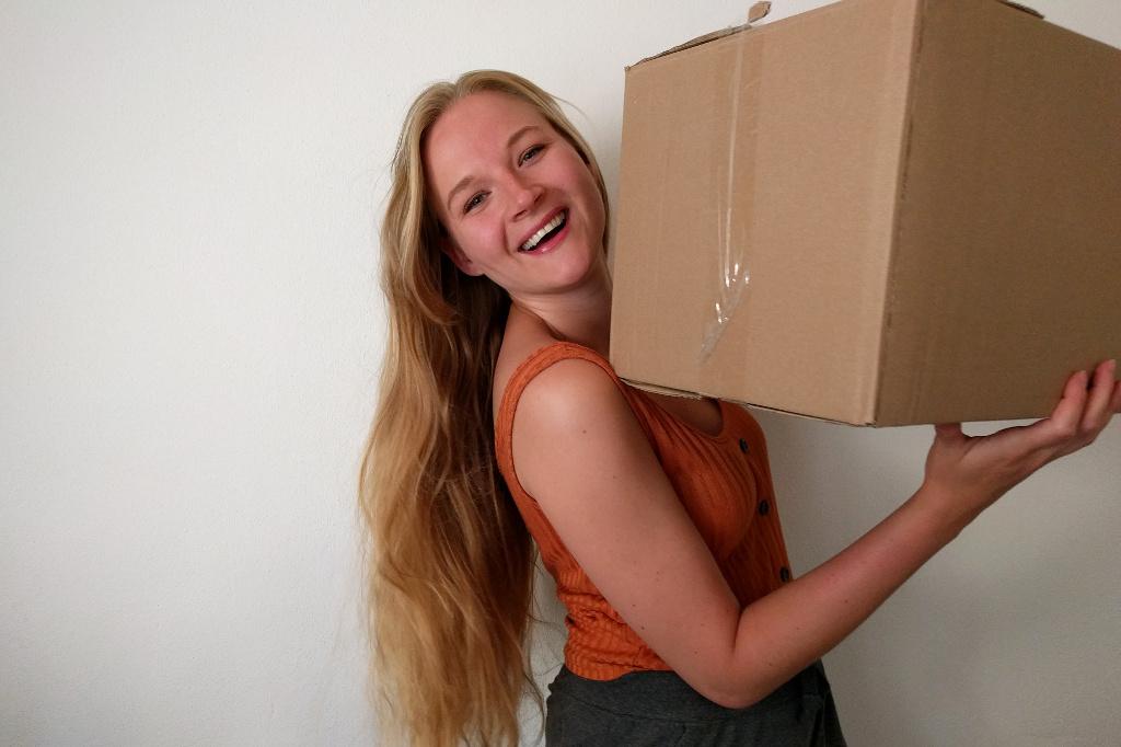Lotte met een kartonnen doos