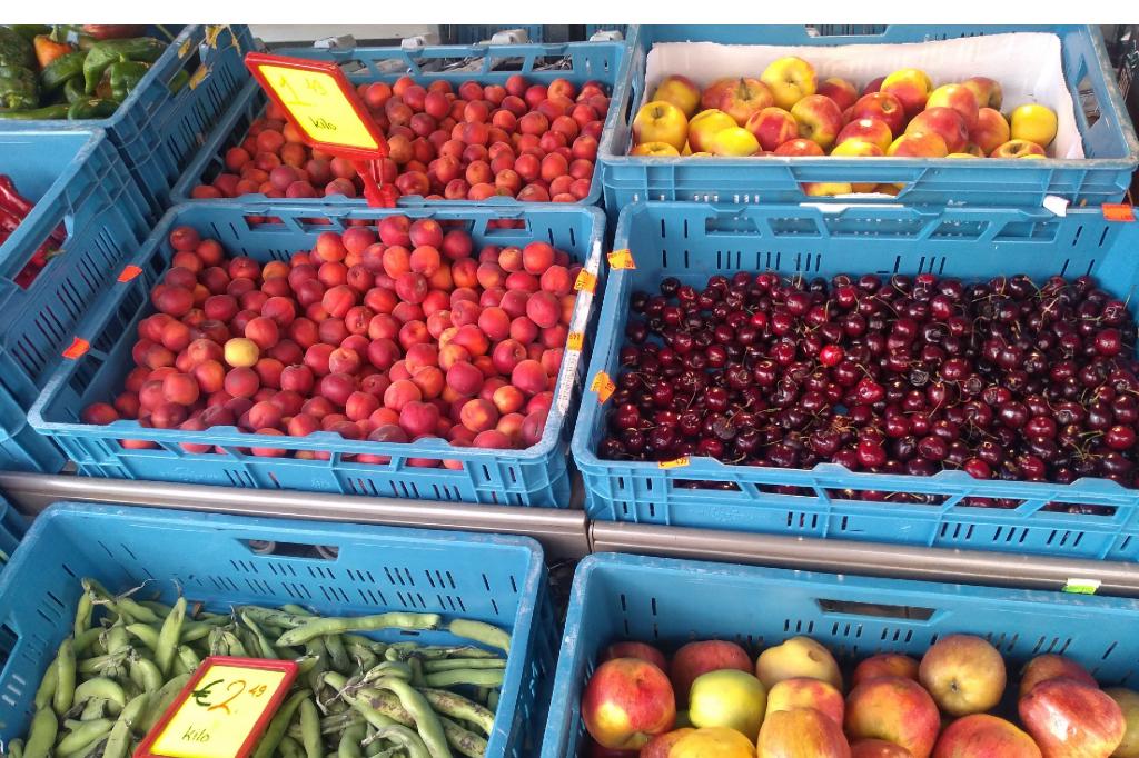 Verschillende soorten fruit en groenten bij de Turkse supermarkt.