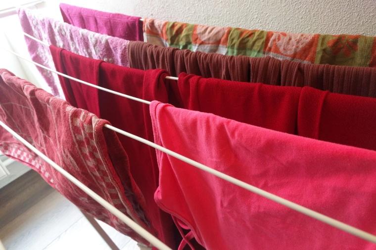 Roze en rode was op een wasrek.